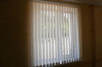 Вертикальные жалюзи на окне из ПВХ профиля
