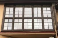 Пластиковые окна с темными рамами